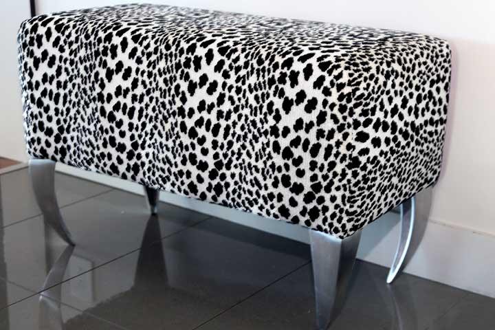 meuble tacheté léopard blanc et noir